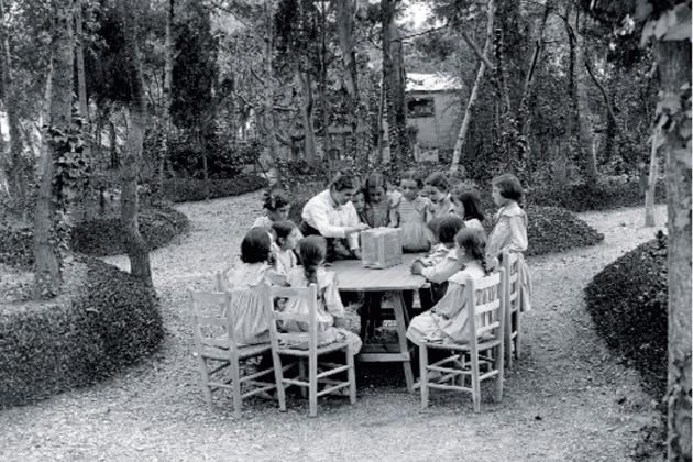 Rosa Sensat amb les seves alumnes a l'Escola de Bosc.