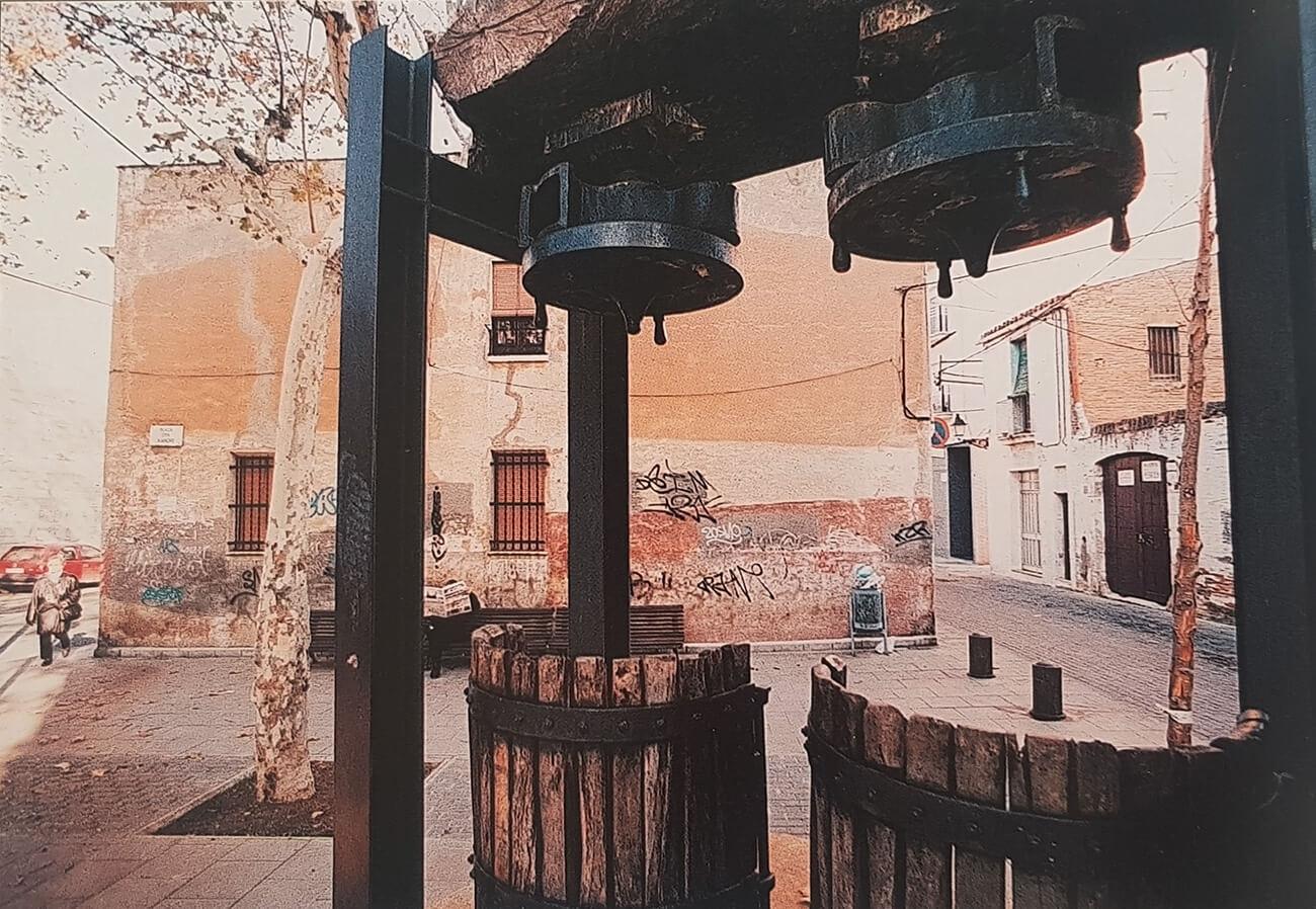 Plaça d'en Xandri, a mitjans dels noranta. Les cases del fons van ser enderrocades pocs anys després (Pepe Encinas).