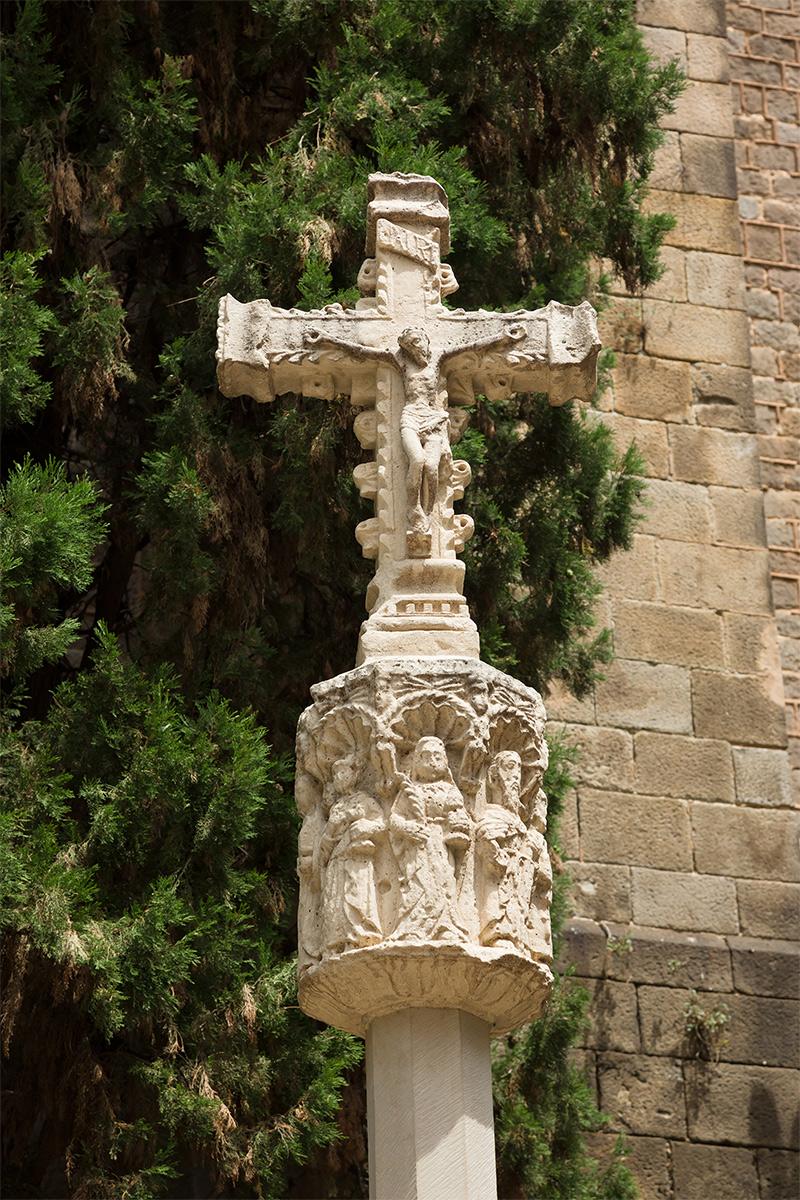 Detall de la creu de terme de Santa Anna.